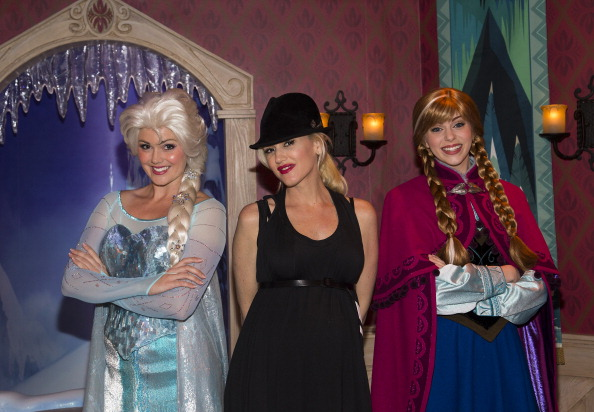 "Gwen Stefani Meets Elsa And Anna From Disney's ""Frozen"" At Disneyland"