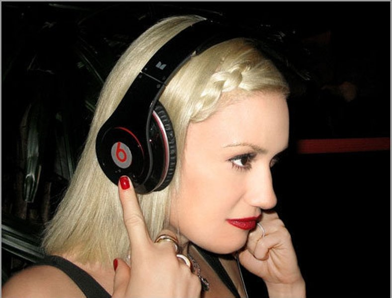 Gwen_Stefani_beats-headphones
